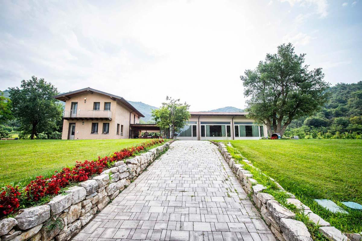 Villa-Giuliana-Cantina-Galleria-Esterno-Viale